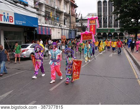 Bangkok, Thailand, November 14, 2015: Many People In The Parade In A Festival Of The Clans Of The Ch