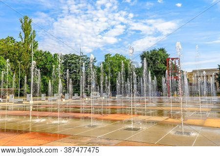 Geneva, Switzerland - Aug 16, 2020: Place Des Nations With Fountains And Broken Chair Sculpture In F