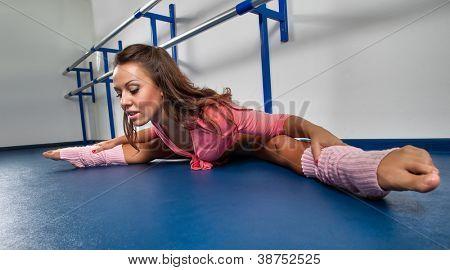 Frau, die Standortwahl auf Straddle aufgeteilt, im Tanzstudio Erdgeschoss