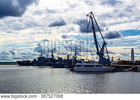Kronshtadt, Saint Petersburg, Russia - Septermber 8, 2020: Ships In Petrovsky (middle) Bay Of Kronst