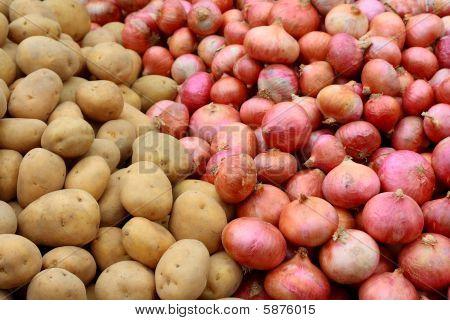 Stapel von Kartoffeln und Zwiebeln