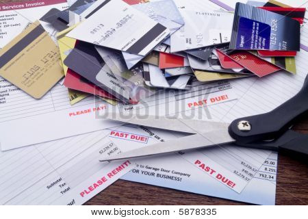überfällige Rechnungen mit Schere und schneiden bis Kreditkarten