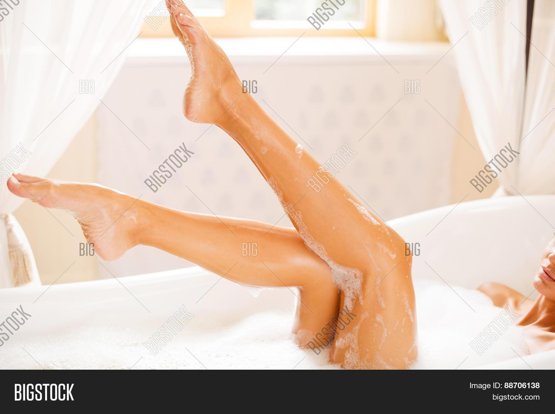 Фото ноги девушек в ванной, Девушки фоткают себя в ванной Часть 5 (52 фото) 21 фотография