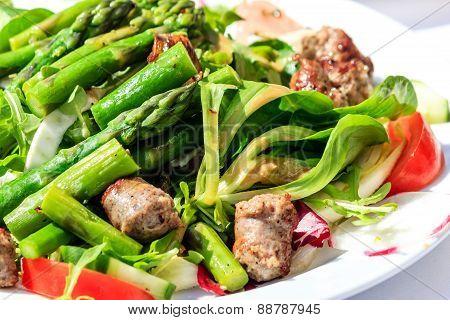 Green salad with asparagus and Italian Salsiccia