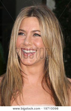 LOS ANGELES - AUG 16:  Jennifer Aniston arrives at