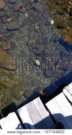 El agua puliendo las finas piedras del río