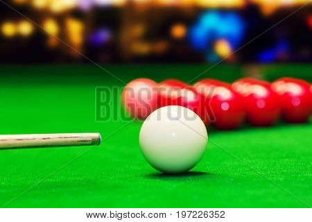 snooker - aim the cue ball closeup