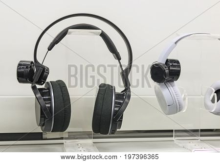 The storefront is presented for sale stereo headphones. Presents closeup.
