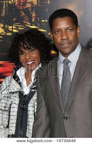 LOS ANGELES - OCT 26:  Pauletta & Denzel Washington arrive at the