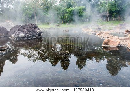 Boil egg in the mineral pool and natural hot water