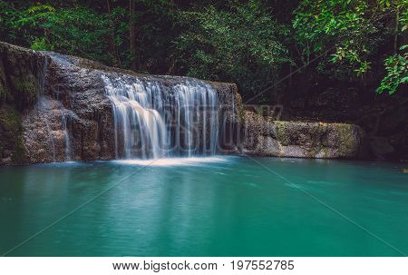 Splashes of white water flow into the stream of fresh green and clear soft to support the bottom and the two sides are covered with trees and trees to provide a good environment for tourism.