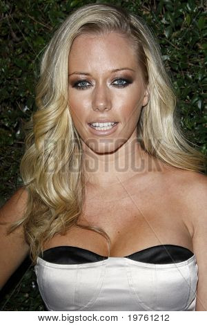 LOS ANGELES - JAN 5:  Kendra Wilkinson arrives at the COVERGIRL 50th Anniversary Celebration at BOA Steakhouse on January 5, 2011 in West Hollywood, CA