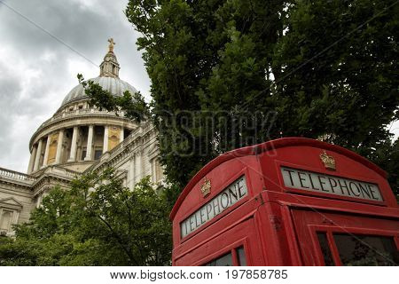 St-Paul's Cathedral and a red phone booth