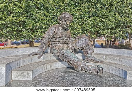 Washington, Usa - January 20, 2018: Bronze Statue Of Albert Einstein Reading A Book At The National