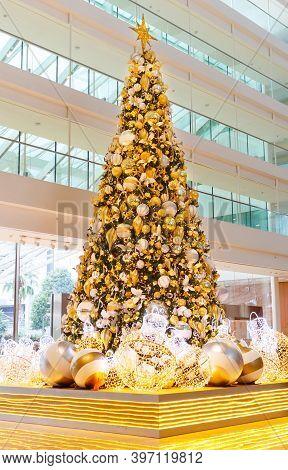 Singapore, Singapore-november 25, 2019: Christmas Tree At Marina Bay Sands Hotel, Singapore