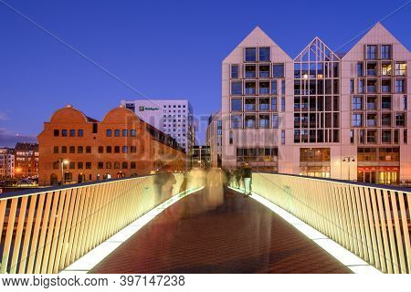Gdansk, Poland - November 29, 2020: Footbridge Over The Motlawa River And Beautiful Architecture Of