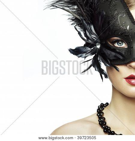 schöne junge Frau in schwarzen mysteriösen venezianische Maske