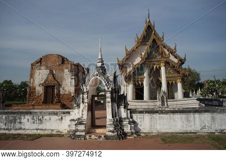 Wat Yai Chom Prasat Ancient And Famous Temple In Samutsakorn Province ,thailand.