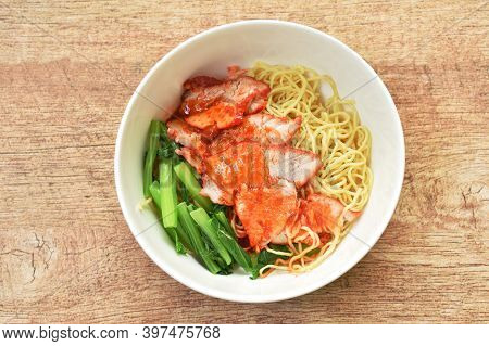 Chinese Yellow Egg Noodles Topping Slice Barbecue Pork And Boiled Cabbage Dressing Sweet Red Gravy S