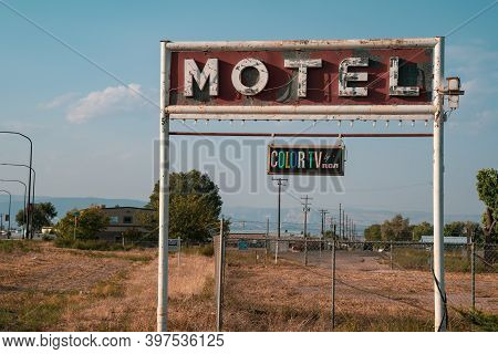Vernal, Utah - September 20, 2020: Rusty, Old Motel Neon Sign, With A Vintage Color Tv By Rca Plaque