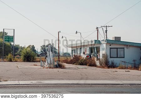 Vernal, Utah - September 20, 2020: Old Abandoned Gas Station, Sinclair, Along The Side Of The Road
