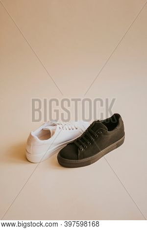 Men's canvas sneakers in black and white