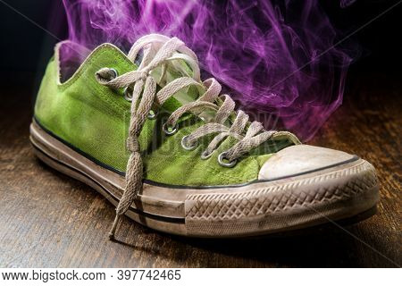 Mens Smelly Sneaker With Colorful Visible Odor Vapor