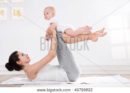 ginástica de mãe e do bebê