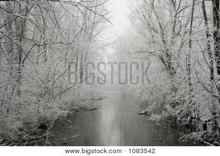 ein Fluss im winter