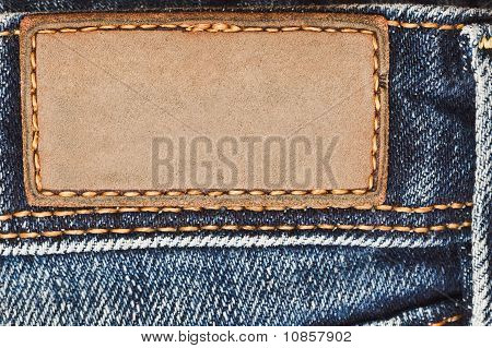 Etiqueta de cuero en blanco en los pantalones vaqueros