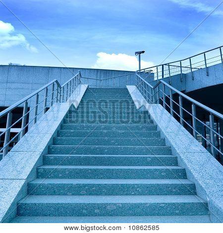 Breite blaue Treppe zum Himmel