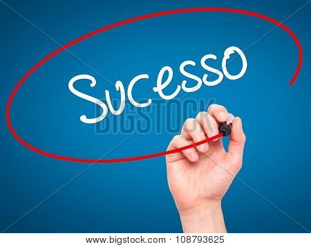 Man Hand writing Sucesso (Success in Portuguese) with black marker on visual screen.