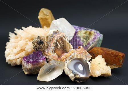 Zusammensetzung der natürlichen Edelsteinen auf schwarzem Hintergrund