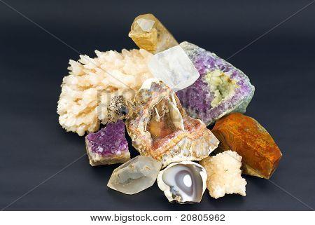 Zusammensetzung der natürlichen Juwel Steine auf schwarzem Hintergrund