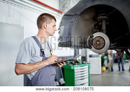 A beautiful, experienced mechanic describes the problems with brakes and estimates the scale of work for his work