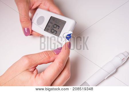 Measurement of glucose level at home by a personal glucometer, diagnosis of diabetes mellitus