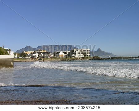 FROM BLOUBERG STRAND CAPE TOWN ON A CLEAR SUMMER DAY 08vf
