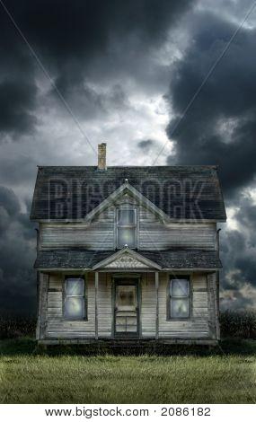 Antigua casa de campo cielo tormentoso