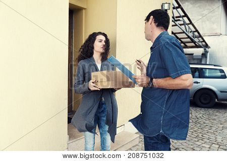 Delivery Wind Receive Package Curly Woman House