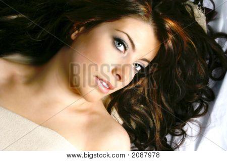 schöne Frau mit langem locken dunkel