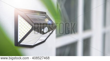 Small Solar Powered Led Light With Sun Light