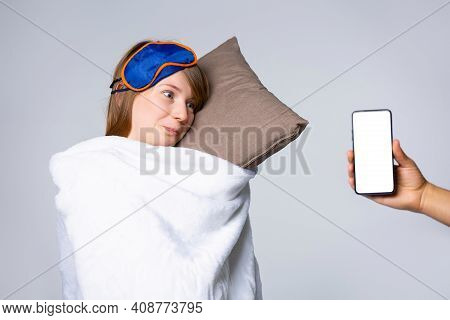 Problems, Irregular Sleep Or Lack Of Sleep Caused By Mobile Phone, The Young Woman Received A Messag