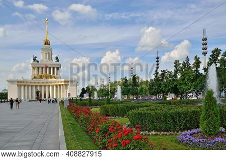 Moscow, Russia - August 25, 2020: Tourists Walk Along The Central Avenue Of Vdnh. Exhibition Of Achi