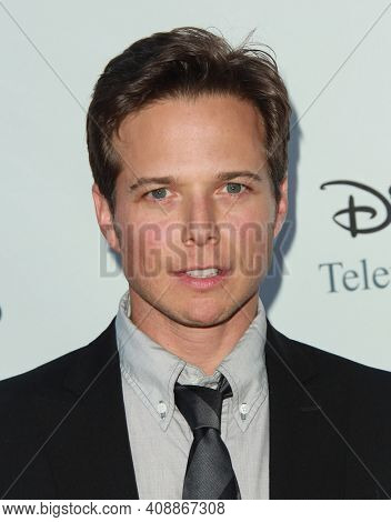 LOS ANGELES - AUG 08: Scott Wolf arrives to the 2009 Disney-ABC Televison Group Summer Press Tour on August 08, 2009 in Pasadena, CA