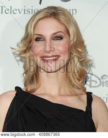 LOS ANGELES - AUG 08: Elizabeth Mitchell arrives to the 2009 Disney-ABC Televison Group Summer Press Tour on August 08, 2009 in Pasadena, CA
