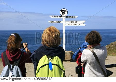 Land's End Area (england), Uk - August 16, 2015: Tourist Look A Sign In The Land's End Area, Cornwal