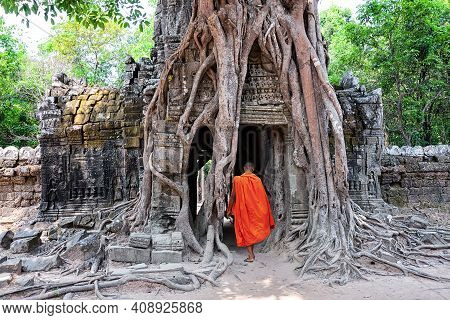 Ta Som Temple With A Monk In Complex Angkor Wat In Siem Reap, Cambodia. Ta Som, Part Of Khmer Angkor