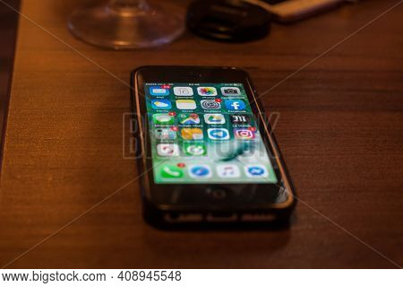 Paris, France - January 16, 2020: Selective Blurr On An Apple Iphone 5c In French Language On Its Ho