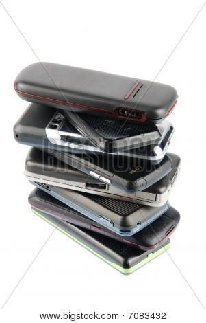 Heap moderner Mobiltelefone auf weiß