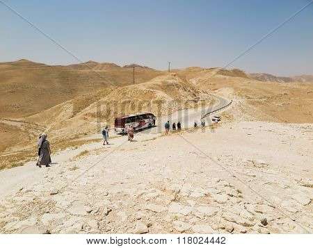 Judea Desert, Israel - July 14, 2015 R .: Staying Polish Pilgrims On The Judean Desert